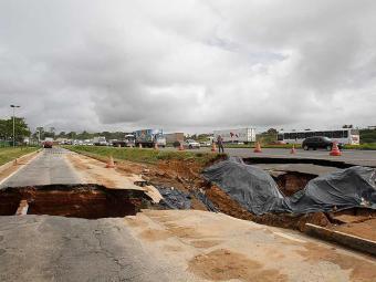 Obras na cratera causam retenção no trânsito da BR-324 - Foto: Lúcio Távora | Ag. A TARDE