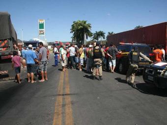 Caminhoneiros também bloquearam a BR-242, mas já liberaram a rodovia - Foto: Miriam Hermes | Ag. A TARDE