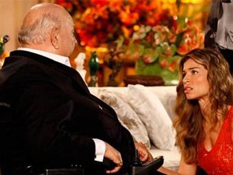 Loira finge acreditar nas mentiras do velho para investigá-lo sem levantar suspeitas - Foto: TV Globo   Divulgação