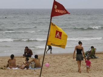 A Praia da Boca do Rio, em frente ao posto salva vidas Patamares também está inapropriada. - Foto: Eduardo Martins | Ag. A TARDE