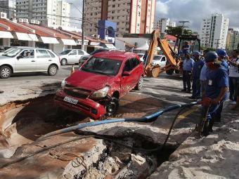 Veículo ficou com a frente danificada ao cair em cratera no Imbuí - Foto: Edilson Lima   Ag. A TARDE