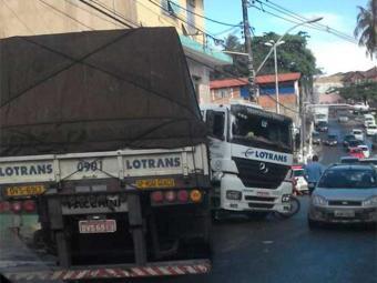 Carreta impede a passagem de veículos na ladeira do Hospital Ana Nery - Foto: Bia Brito | Reprodução | Facebook