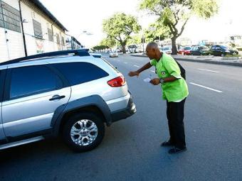 Na avenida da França, Comércio, um guardador auxilia motorista, antes de oferecer a cartela - Foto: Fernando Vivas | Ag. A TARDE