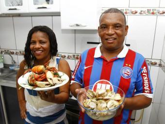 Os feirantes Antônio e Valdeci ensinam a fazer lambreta e caranguejo na cozinha de casa - Foto: Fernando Vivas   Ag. A TARDE