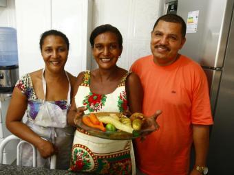 Aurelina Santos, da Feira de São Joaquim, faz cozido em casa com a ajuda da irmã Genilda e do marido - Foto: Fernando Vivas | Ag. A TARDE