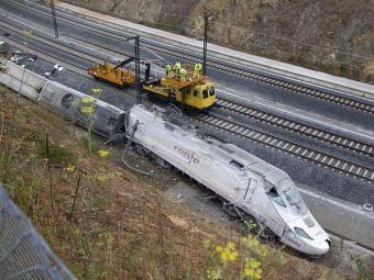 Frente do trem que descarrilou na Galícia, Espanha, deixando dezenas de mortos e feridos - Foto: AP Photo