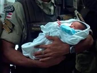 Bebê é encontrado dentro de caixa de sapato na Av. Suburbana - Foto: Gilson Santos | Divulgação