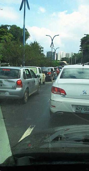 Trânsito segue parado no Itaigara - Foto: Célio Jesus   Foto do leitor