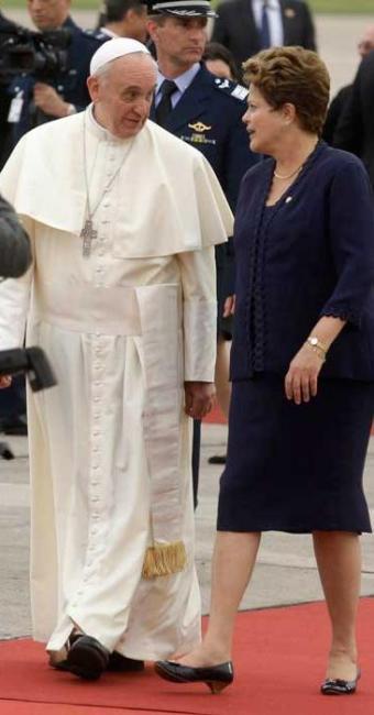 Presidente Dilma recebe o Papa Francisco no aeroporto no Rio de Janeiro - Foto: Agência Reuters