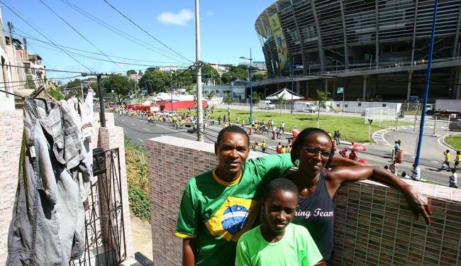 Antônio Carlos e família moram em frente ao estádio e conferem a movimentação - Foto: Fernando Amorim | Ag. A TARDE