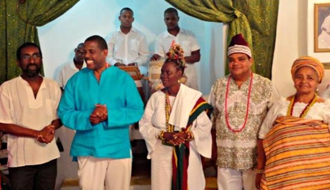 O sacerdote Baba Pecê foi agraciado pelo Alafin de Osogbó com uma medalha - Foto: Divulgação