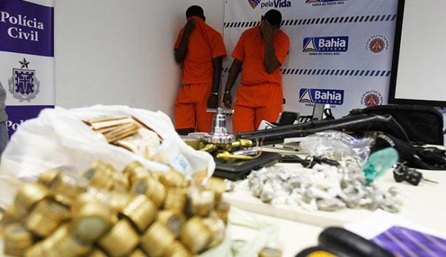 Polícia também apreendeu uma submetralhadora, um fuzil, uma pistola, munições, cocaína e maconha - Foto: Lúcio Távora | Ag. A TARDE