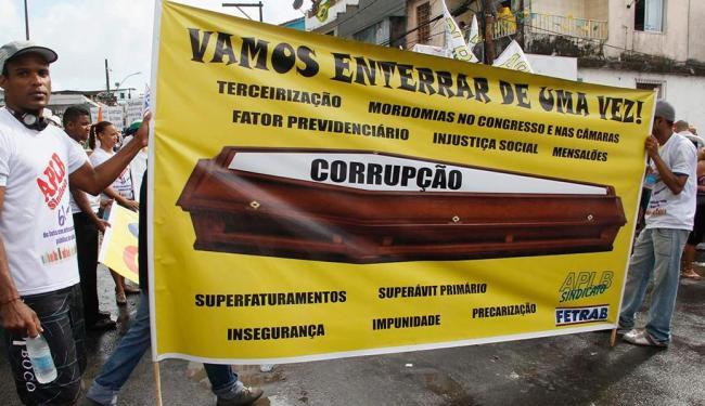 Manifestantes pedem o fim da corrupção no País durante cortejo em Salvador - Foto: Joá Souza   Ag. A TARDE