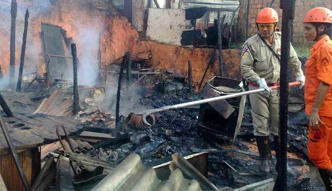 Bombeiros controlaram o fogo no imóvel que estava desocupado - Foto: Edilson Lima | Ag. A TARDE