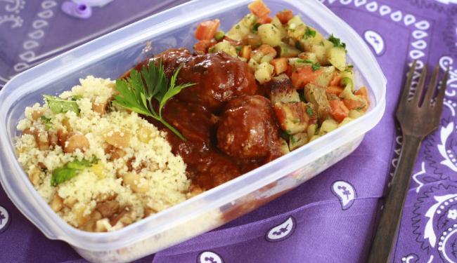 Cuscuz marroquino, almôndegas e legumes salteados, sugestão da chef Kátia Najara - Foto: Fernando Vivas| Ag. A TARDE