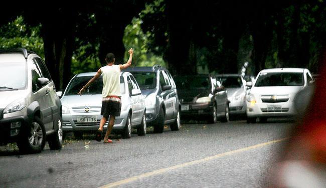 Guardadores de carros também deverão ajudar na limpeza da área onde atuam - Foto: Raul Spinassé / Ag. A TARDE