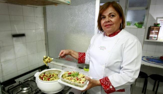 A chef Tânia Paes fez um bucatini com tomate e manjericão, opção leve e prática de almoço portátil - Foto: Fernando Vivas | Ag. A TARDE