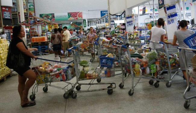 Consumidor enfrenta fila principalmente no fim do mês - Foto: Margarida Neide | Ag. A TARDE