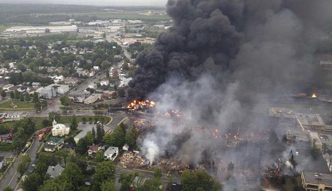 Quatro dos vagões de tanques pressurizados pegaram fogo e explodiram, formando uma bola de fogo - Foto: Agência Reuters