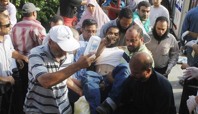 Alguns feridos foram socorridos ainda entre os manifestantes - Foto: Agência Reuters