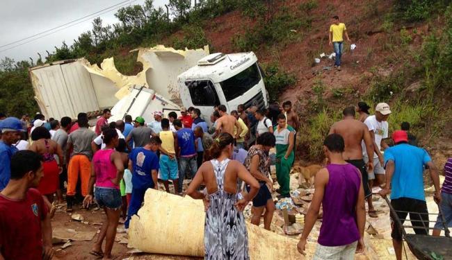 População recolheram a carga do caminhão - Foto: Luciano da Matta | Ag. A TARDE