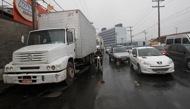 Caminhões parados para descarregar na Av. Jequitaia complicam tráfego - Foto: Lúcio Távora | Ag. A TARDE