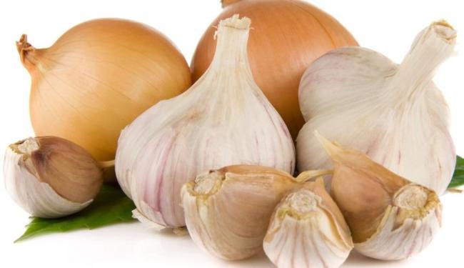Alho e cebola aumentam a produção de enzimas responsáveis por derrubar os níveis de colesterol - Foto: Reprodução