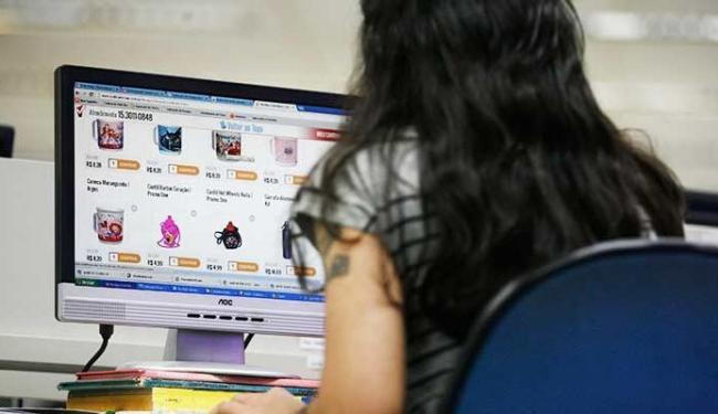 O número de internautas é de 102,3 milhões no Brasil - Foto: Raul Spinassé   Ag. A TARDE