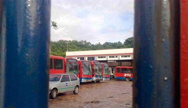 Em adesão ao Dia Nacional de Luta, rodoviários atrasaram a saída dos ônibus das garagens - Foto: Edilson Lima   Ag. A TARDE