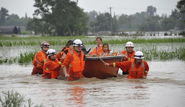 Equipe resgata moradores da província de Sichuan, no oeste da China - Foto: Agência Reuters