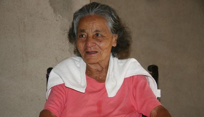 Além de viver em local com poucos médicos, Dona Maria viaja para fazer fisioterapia - Foto: Miriam Hermes | Ag. A TARDE