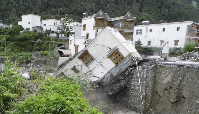 Casa desaba após deslizamento de terra na província de Sichuan - Foto: Agência Reuters