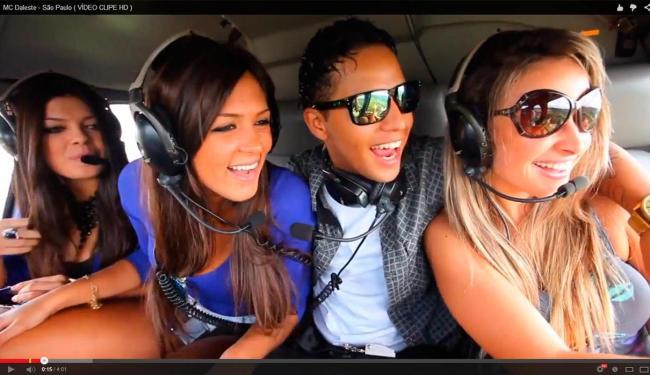 MC Daleste aparece cercado por belas mulheres em um helicóptero - Foto: Reprodução | YouTube