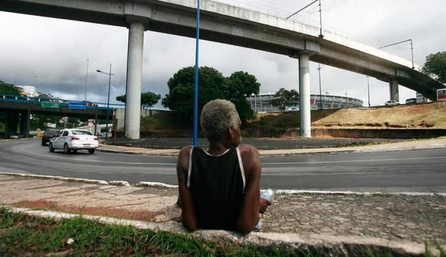 Com a Arena Fonte Nova à frente, homem passa o dia deitado na calçada - Foto: Raul Spinassé   Ag. A TARDE