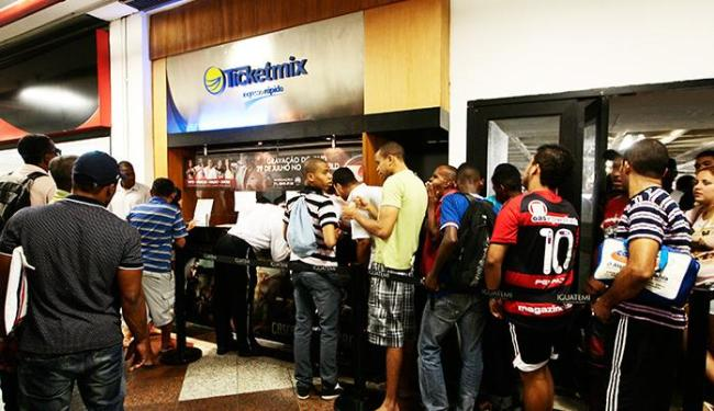 Torcedores fazem fila no Shopping Iguatemi para comprar ingressos para o Ba-Vi - Foto: Mila Cordeiro | Ag. A TARDE