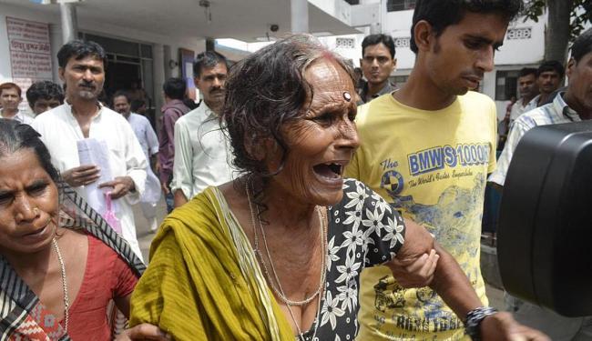 Mulher chora morte do neto na Índia - Foto: Agência Reuters
