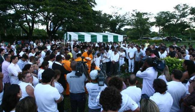 Familiares e amigos pediam justiça durante o enterro do jovem - Foto: Fernando Amorim | Ag. A TARDE