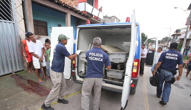 Polícia Técnica remove o corpo de Johnny Crus dos Santos, de 12 anos, morto a tiros em Simões Filho - Foto: Diego Mascarenhas | Ag. A TARDE