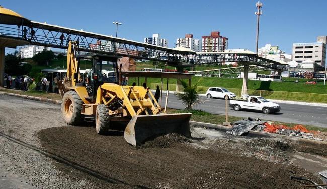 Máquinas pesadas estão sendo utilizadas nas diversas intervenções viárias na região da Paralela - Foto: Joá Souza | Ag. A TARDE