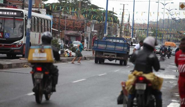 Pedestres se arriscam entre carros na Suburbana para atravessar de um lado para o outro - Foto: Edilson Lima   Ag. A TARDE