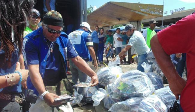 Fiscais enchem sacos com produtos ilegais - Foto: Ricardo Belens | Ag. A TARDE
