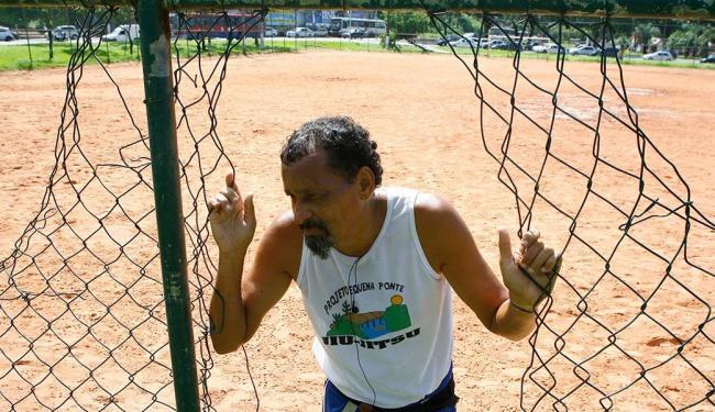 O ex-jogador de futebol José Carlos Itiúba gosta de treinar no campo do Vale dos Barris - Foto: Marco Aurélio Martins | Ag. A TARDE
