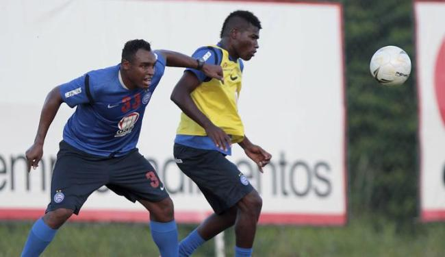 Feijão (à direita), volante formado na base do Bahia, terá sua primeira chance como titular domingo - Foto: Eduardo Martins | Ag. A Tarde
