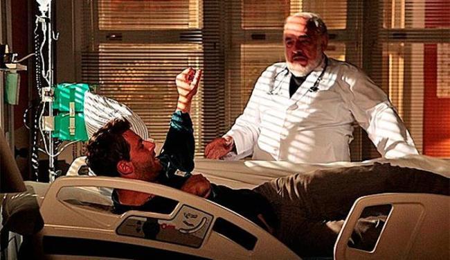 Cassiano deita no leito de Samuel e surpreende Arruda - Foto: TV Globo   Divulgação
