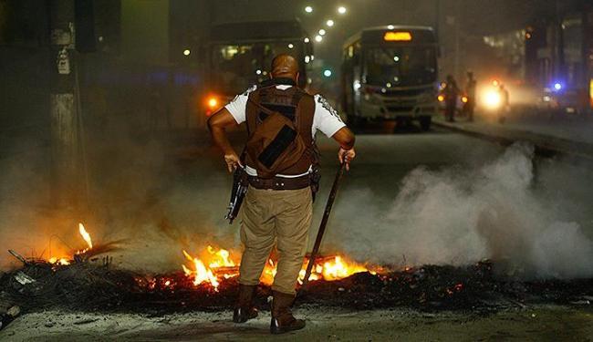 Manifestantes bloquearam duas vias da Av. Barros Reis - Foto: Fernando Vivas | Ag. A TARDE