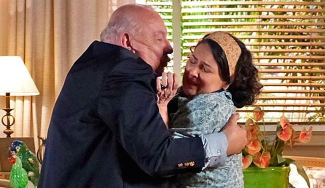 Cordelista fica transtornada e enche o empresário de tapas - Foto: TV Globo | Divulgação