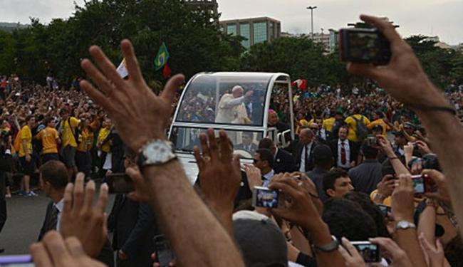 Pontífice desfila no Rio no papamóvel - Foto: BBC