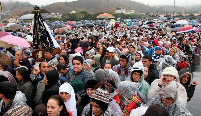 Chuva não tira o ânimo dos fiéis que aguardam o papa chegar em Aparecida - Foto: Agência Estado