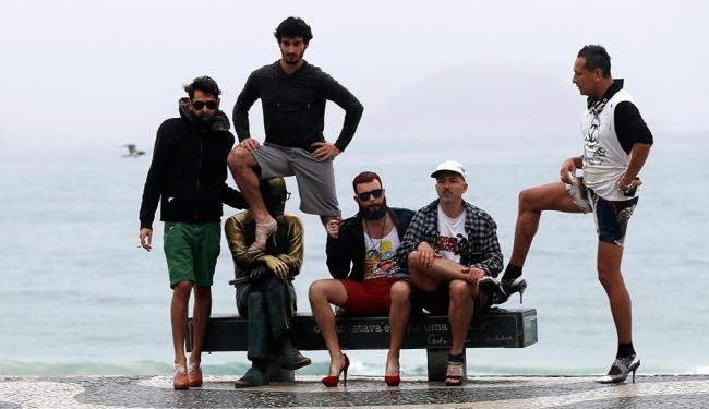 Rapazes resolveram colocar o salto para protestar contra visita de Francisco - Foto: Sérgio Moraes | Agência Reuters