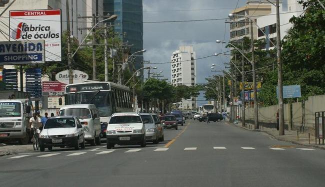 A avenida, em mão dupla, passará a ser mão única no sentido Caminho das Árvores - Foto: Antônio Queirós   Arquivo   Ag. A TARDE